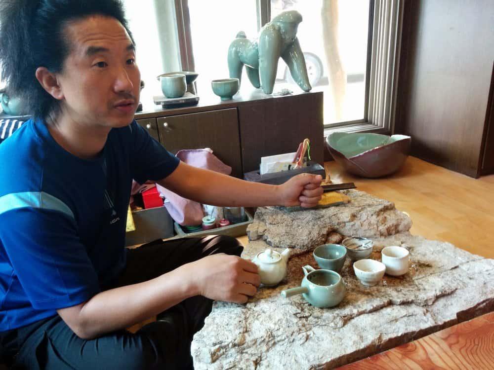 Eunbum Lee serving tea, photo: Kevin Murray