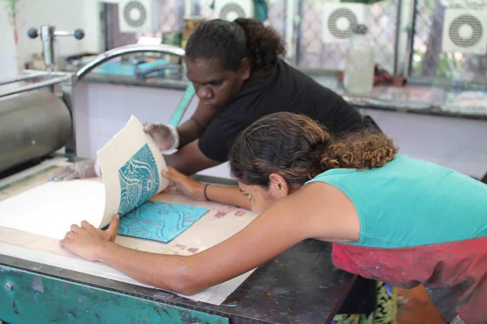 Dhapanbal Yunupingu and Ruby Alderton editoning a reduction linocut