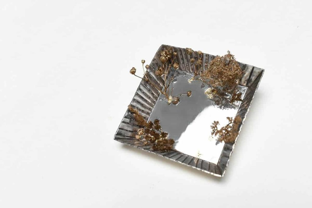 Pei Wu, Mirror garden, 2016, silver, flowers, grass, gold flakes, 6 x 6 x 2.5cm, photo: Moe Sekiya