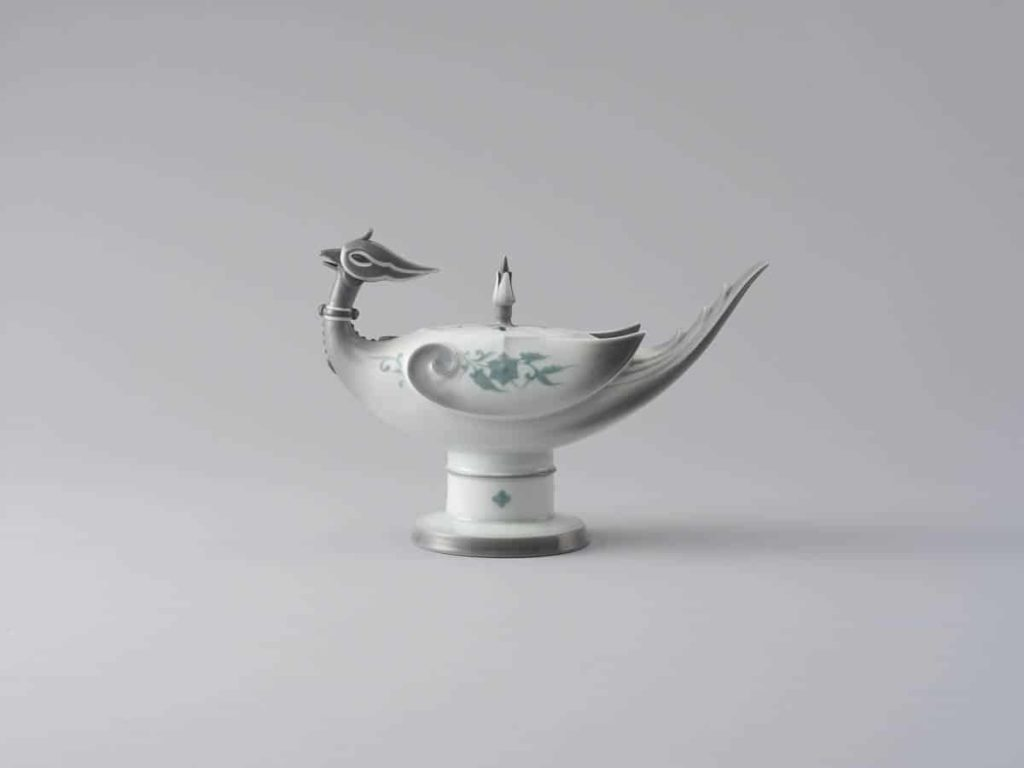 KATO Hajime, Phoenix-shaped porcelain incense burner, 1933, porcelain, 22 x 31.2 x 12.8, Private collection