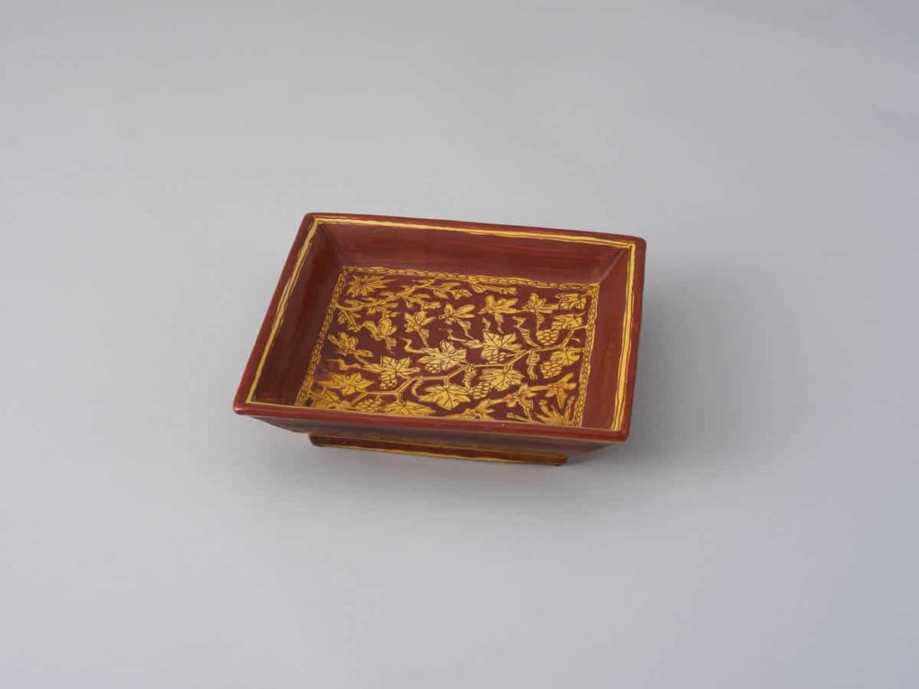 KATO Hajime, Square plate with bee and grape design, yellow and red enamels, 4.5 x 19.5 x 19.5, Museum of modern ceramic art, Gifu